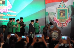 Presiden Jokowi memukul gong sebagai tanda dibukanya Munas Alim Ulama dan Rapimnas I PPP Tahun 2016 (13/11). (Foto: Humas/Jay)