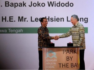 President Jokowi and PM Lee shake hand after the inauguration of Kendal Industrial Zone in Kendal, Central Java, Monday (14/11) afternoon. (Picture: PR/Agung)