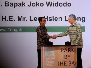 Presiden Jokowi dan PM Lee berjabat tangan usai meresmikan KIK, di Kendal, Jawa Tengah, Senin (14/