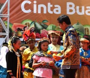 Presiden Jokowi memberi buah kepada anak-anak usai meresmikan pembukaan Fruit Indonesia 2016, di Lapangan Parkir Timur Jakarta, Kamis (17/11) pagi. (Foto: Humas/Rahmat)