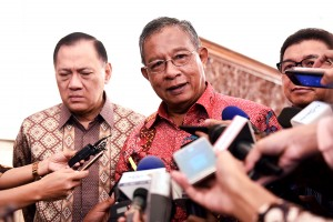 Menko Perekonomian Darmin Nasution dan Gubernur BI Agus Martowardoyo menjawab pertanyaan wartawan di lingkungan Istana Kepresidenan, Jakarta, Jumat (18/11) pagi. (Foto: Humas/Agung)