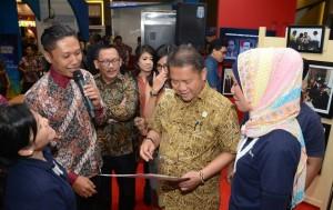 Menkominfo Rudiantara mengunjungi booth Setkab di pameran