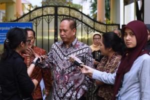 Menristek Dikti M. Nasir menjawab wartawan usai ratas di Kantor Presiden, Jakarta, Rabu (22/11) petang. (Foto: Humas/Deni)