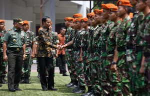 Presiden Jokowi selaku Panglima Tinggi TNI berjabat tangan dengan prajurit di Mabes AD, Senin (7/11) siang. (Foto: Humas/Jay)