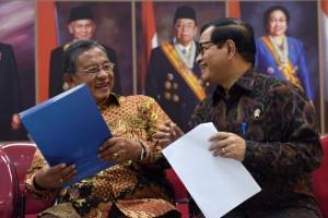 Menko Perekonomian Darmin Nasution dan Seskab Pramono Anung bercengkerama sesaat sebelum mengumumkan Paket Kebijkan XIV (10/11). (Foto: Humas/Jay)