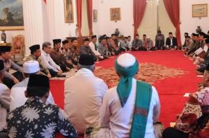 Setelah makan siang bersama (10/11), Presiden Jokowi berdialog dengan para kyai dan ulama di Istana Negara, Jakarta. (Foto: Humas/Rahmat)