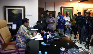 Cabinet Secretary Pramono Anung talked with reporters at his working office on the 2nd floor of Building III of the Ministry of State Secretariat (Kemensetneg), Jakarta, Monday (14/11) afternoon (Photo: JAY/PR)