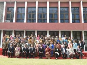Sesi Foto Bersama Presiden Jokowi dan Ibu Negara Iriana Jokowi bersama WNI di India, Selasa (13/12). (Foto: BPMI/Rusman)
