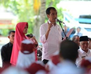 Presiden Jokowi berdialog dengan salah seorang warga dalam kegiatan Pemberian Makanan Tambahan, Senin (5/12). (Foto: Humas/Deni)