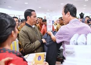 Presiden Jokowi berada di Mall Balikpapan, Minggu (5/12) malam. (Foto: BPMI)