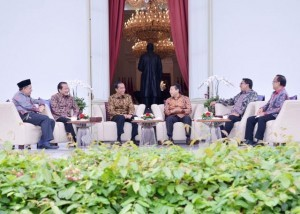 President Jokowi with four leaders of DPR RI on the Palace veranda on Friday (16/12). (Photo: BPMI/Edi)