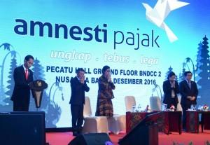 Presiden Jokowi memimpin doa untuk korban gempa bumi Pidie Jaya, Rabu (7/12). (Foto: BPMI/ Kris)