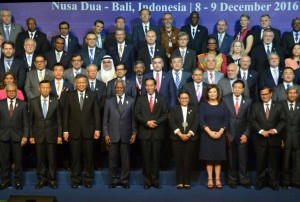 Presiden Jokowi berfoto bersama dengan para peserta Bali Democracy Forum, Kamis (8/12). (Foto: Humas/Rahmat)