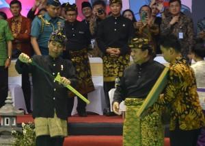 Presiden Jokowi juga dianugerahi gelar Pendekar Utama oleh Ketua Umum IPSI Prabowo Subianto, ditandai dengan penyematan blankon dan pemberian keris serta sertifikat (8/12). (Foto: Humas/Oji)