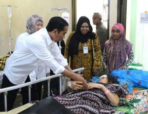 Presiden Joko Widodo dan rombongan untuk menjenguk korban bencana gempa Pidie Jaya di RSUD Tengku Chik Ditiro, Sigli, Jumat (9/12). (Foto: BPMI/Kris)