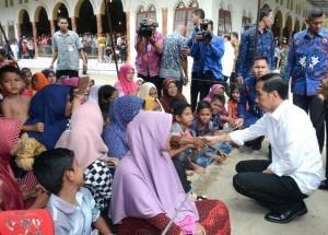 Presiden Jokowi meninjau posko pengungsian di halaman Kantor Bupati Pidie Jaya, Aceh, Jumat (9/12). (Foto: BPMI/Kris)