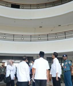 Presiden Jokowi dan rombongan meninjau bangunan yang rusak akibat gempa bumi di Pidie Jaya, Aceh, (9/12). (Foto: BPMI/Kris)