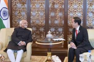 Presiden Joko Widodo menerima kunjungan kehormatan Wapres India Mohammad Hamin Ansari di Kamar Kepresidenan, The Leela Palace Hotel, New Delhi, Senin (12/12) petang. (Foto: BPMI/Rusman)