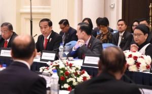 Pertemuan Presiden Jokowi dengan 20 CEO dari India dan 5 CEO dari Indonesia, di Royal Ballroom, The Leela Palace Hotel, New Delhi, Selasa (13/12) pagi. (Foto: BPMI/Rusman)