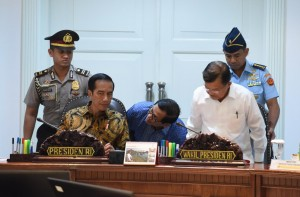 Presiden Jokowi dan Seskab Pramono Anung terlibat diskusi sebelum ratas dimulai, Jumat (16/12). (Foto: Humas/Jay)