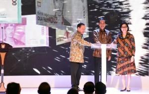 Presiden Jokowi bersama Gubernur BI (kiri) dan Menkeu (kanan) meresmikan pengeluaran dan pengedaran 11 pecahan uang Rupiah Desain Baru Tahun Emisi 2016, Senin (19/12) pagi. (Foto: Humas/Jay)