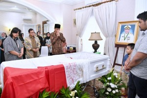 Presiden Jokowi melayat ke rumah duka tempat disemayamkannya Wakasal Laksamana Madya TNI Arie Henrycus Sembiring, Senin (19/12). (Foto: BPMI)