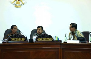 Presiden Jokowi, Wapres Jusuf Kalla, dan Seskab Pramono Anung dalam ratas di Kantor Presiden, Senin (19/12). (Foto: Humas/Agung)