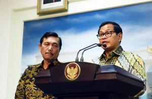 Seskab Pramono Agung memberi keterangan pers terkait hasil ratas, Senin (19/12). (Foto: Humas/Agung)