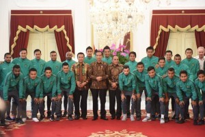 Photo caption: President Jokowi accompanied by Minister of Youth and Sports Imam Nahrawi and Head of Indonesian Football Association (PSSI) Edy Rahmayadi in a group photo with the Indonesian Football Team on Monday (19/12)