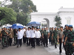 President Jokowi accompanied by Vice President Jusuf Kalla and a numbers of ministers leave the Presidential Palace for mass Friday prayer at Monas, on Friday (2/12)