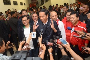 President Jokowi accompanied by Cabinet Secretary Pramono Anung delivers press statement after watching a football match (3/12) (Picture: Public Relations Office/Oji)