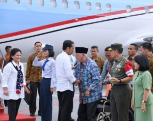 President Jokowi and First Lady Ibu Iriana Jokowi arrive at Sultan Aji Muhammad Sulaiman international airport in Balikpapan, East Kalimantan, Sunday (4/12). (Photo by: Bureau of Information, Press and Media)