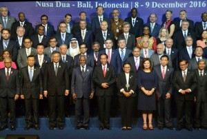 President Jokowi in a group photo with the delegates of the 9th Bali Democracy Forum, on Thursday (8/12)