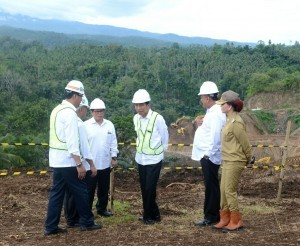 President Jokowi visits the construction site of Kuwil Dam in North Minahasa Regency, North Sulawesi Province, on Tuesday (27/12). (Photo by: Bureau of Press and Media)