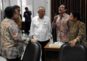 Sejumlah menteri Kabinet Kerja berbincang dengan Wakil Seskab Bistok Simbolon sebelum rapat terbatas, di Kantor Presiden, Jakarta, Selasa (6/12) sore. (Foto: Rahmat/Humas)