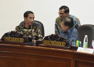Presiden Jokowi dan Wapres Jusuf Kalla menerima laporan Seskab Pramono menjelang rapat terbatas di Kantor Presiden, Jakarta, Kamis (22/12) sore. (Foto: Rahmat/Humas)
