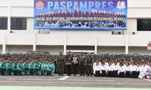Presiden Jokowi didampingi Ibu Negara Iriana, Panglima TNI, dan Komandan Paspampres berfoto bersama prajurit, di Mako Paspampres, Jakarta, Kamis (29/12) siang. (Foto: Rahmat/Humas)