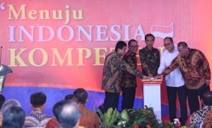 Presiden Jokowi bersama Menperin, Menaker, Ketua Umum Kadin, dan Wagub Jabar menekan sirene tanda Deklarasi Pemagangan Nasional, di Karawang, Jabar, Jumat (23/12) siang. (Foto: Rahmat/Humas)