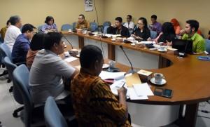 Deputi bidang Perekonomian Seskab Agustina Murbaningsih memimpin FGD masalah pertanahan, di ruang rapat lantai 3 Gedung III Kemensetneg, Jakarta, Selasa (20/12) pagi. (Foto: Rahmat/Humas)