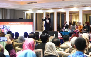 Presiden Jokowi memberikan sambutan saat beramah tamah dengan masyarakat Indonesia di negara tersebut, di Hotel Espinas Palace, Teheran, Rabu (14/12) malam. (Foto: BPMI Setpres)