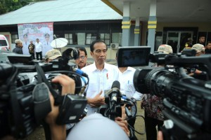 Presiden Jokowi memberi keterangan terkait penemuan bom di Tangsel, saat mengunjungi PLBN Entikong, di Sambas, Kalbar, Rabu (21/12) siang. (Foto: Layly/Setpres)
