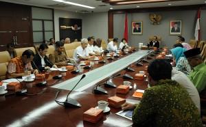 Deputi Administrasi Seskab Farid Utomo membuka diskui panel Evaluasi RB dan SAKIP, di kantor Sekretariat Kabinet, Jakarta, Selasa (6/12) siang. (Foto: Dani K/Humas)