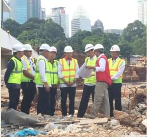 Presiden Jokowi meninjau pembangunan venue aquatic, di kawasan Gelora Bung Karno, Jakarta, Jumat (2/12) pagi. (Foto: Anggun/Humas)