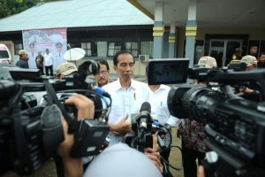 President Jokowi gives statement related to the discovery of bombs in South Tangerang while visiting Entikong Border Post (PLBN), in Sambas, West Kalimantan, on Wednesday (21/12) afternoon. (Photo: Layly/Presidential Secretariat)