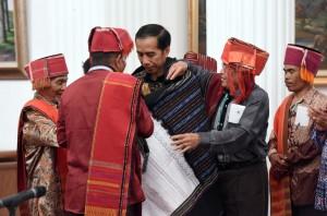 Presiden Jokowi bersama masyarakat adat, Jumat (30/12) pagi, di Istana Negara, Jakarta. (Foto: Humas/Jay)