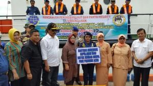 Gubernur Kepri saat melepas bantuan ke Provinsi Aceh (10/12). (Foto: Humas Kepri)