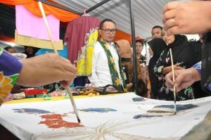 Menaker usai meresmikan Desa Kuripan sebagai Desmigratif pada Hari Jum'at (30/12) di Balai Desa Kuripan, Wonosobo. (Foto: Humas Kemenaker)