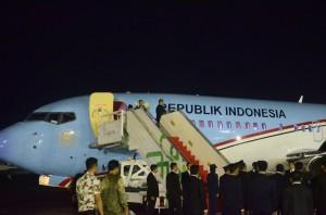 Presiden Jokowi saat akan bertolak dari Base Ops Bandara Halim Perdanakusuma untuk melakukan kunjungan kenegaraan ke Republik India dan Republik Islam Iran, Minggu (11/12). (Foto: Humas/Oji).