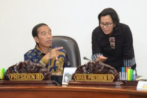 Presiden Jokowi berbincang dengan Menkeu Sri Mulyani sebelum ratas dimulai,