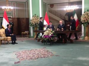 Presiden Jokowi menyaksikan penandatanganan kerjasama kelistrikan yang ditandatangani Menteri ESDM Ignasius Jonan dan Menteri ESDM Iran, di Teheran, Rabu (14/12) siang. (Foto: Bouweda/Humas)